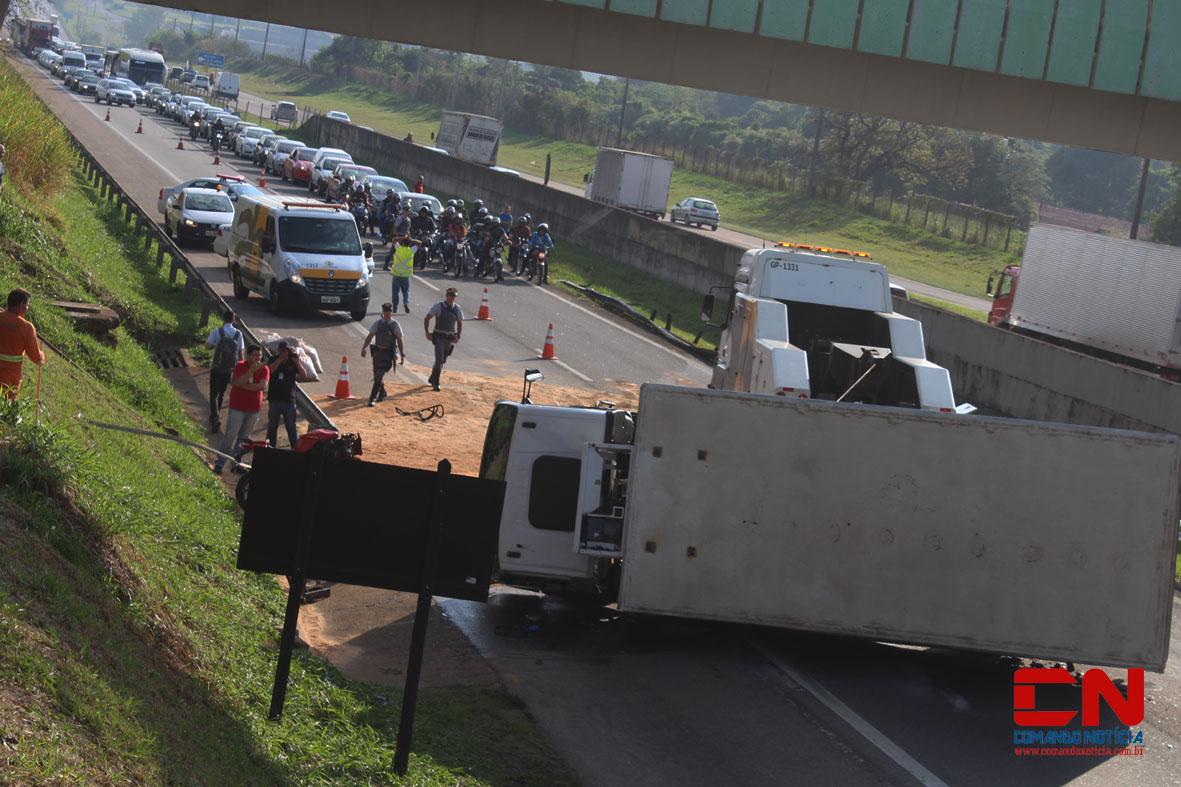 caminhão tombado rodovia acidente polícia rodoviária colinas11
