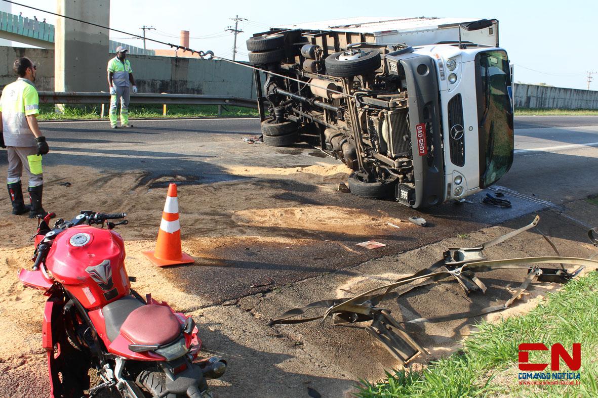 caminhão tombado rodovia acidente polícia rodoviária colinas17