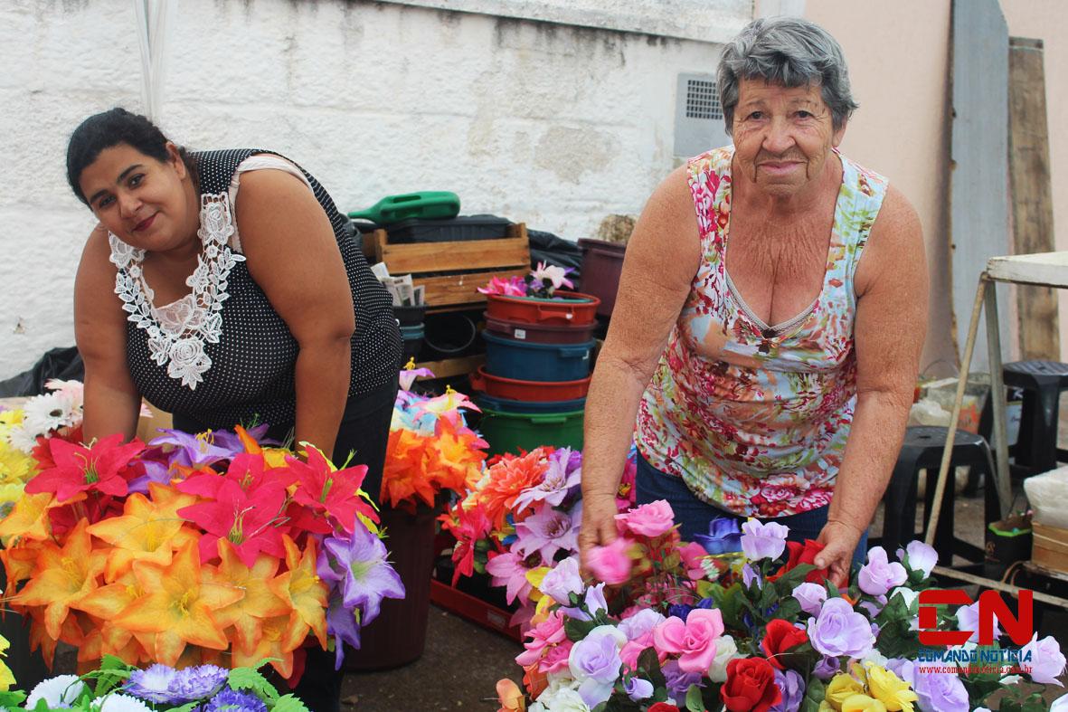 finados cemitério flores pessoas